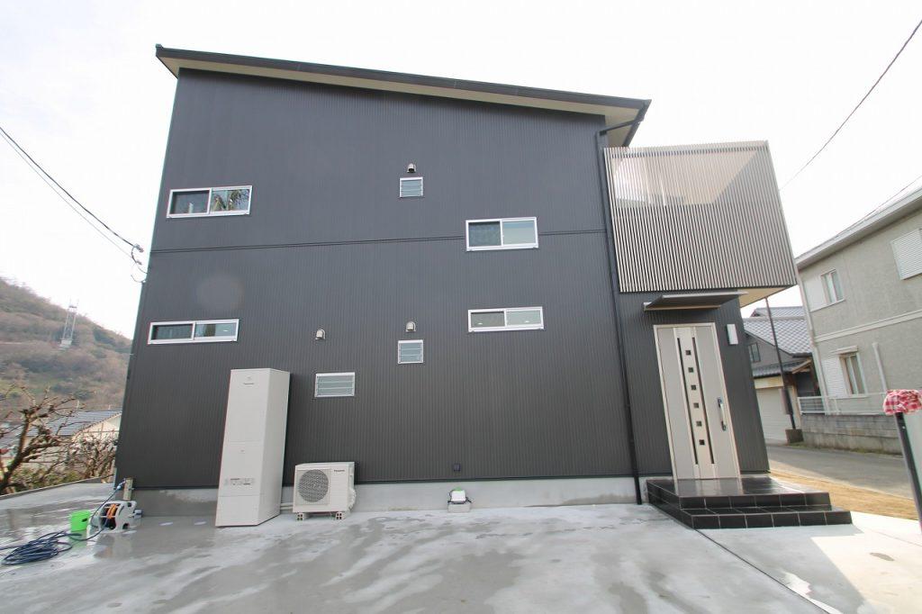 白い吹き抜けの大空間ハイセンスなモノトーン住宅